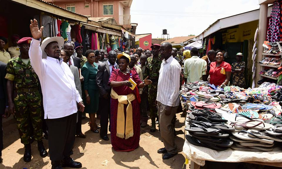 Museveni meeting the vendors.