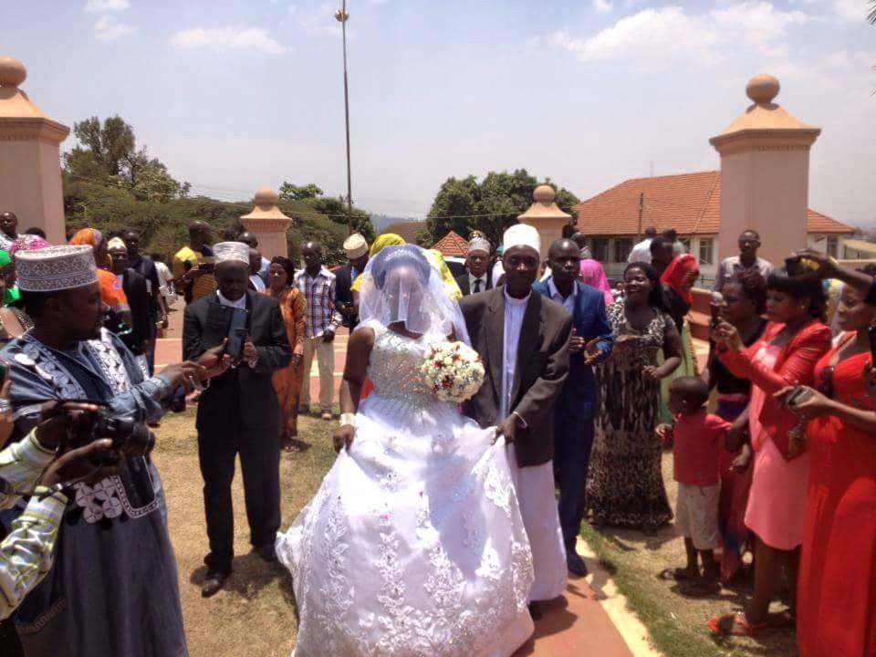 The bride arrives at Kibuli mosque.
