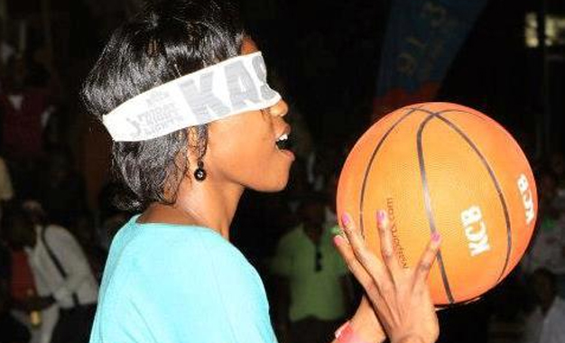 A fan takes on the blind shot challenge during the FNL.